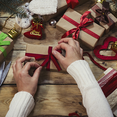 Discover how you can wrap your gift this Christmas with minimum or no impact on the environment at all. Eco-friendly gift wrapping ideas.